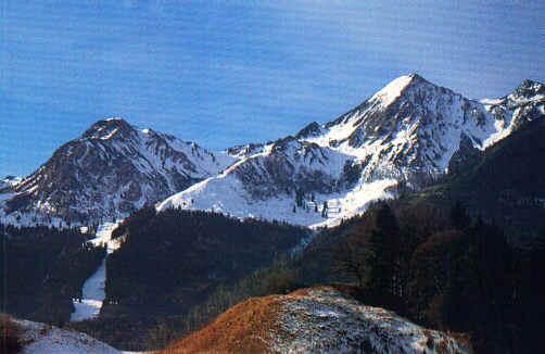 Die steile Gipfelpyramide des Geigelstein (rechts) und der Breitenstein (links), hier von der wilden Nordseite aus gesehen (Nähe Rudersburg). Die Biketour verläuft auf der sanften dahinter liegenden Seite.
