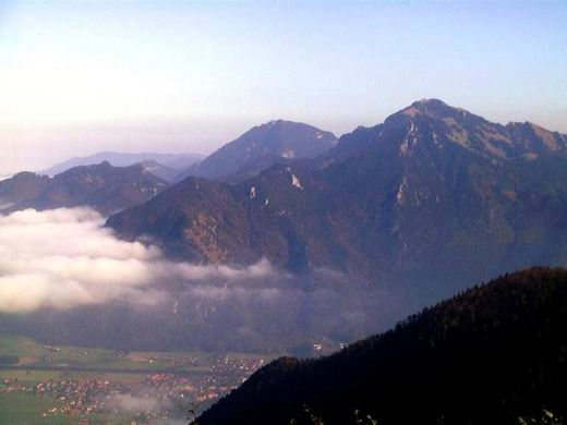 Blick von der Hochplattenscharte auf das Hochgern-Massiv: Rechts neben der Wolke der Schnappenberg. Unten Marquartstein. Ganz rechts der Hochgern.
