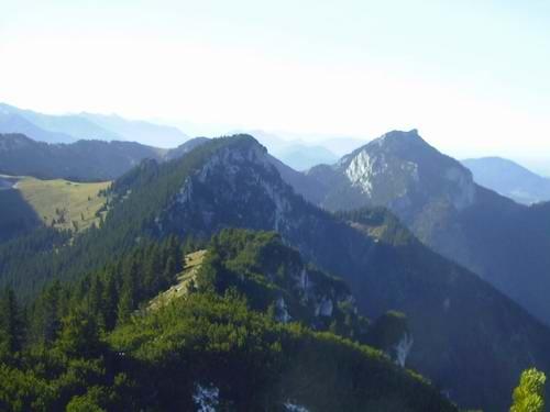 Blick von der Hochsalwand auf die Haidwand. Links neben der Haidwand die grünen Almwiesen der Reindlalm. Rechts hinten im Bild neben der Haidwand der Breitenstein (mit dem spitzen Gipfel).