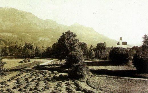 Ein altes Foto von Grainbach. Der Verlauf der Wanderung verläuft oben von: links Hochries, rechts daneben Karkopf, rechts daneben das Feichteck