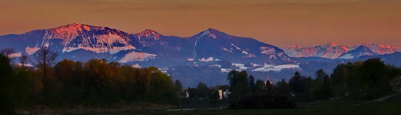 Der Hochriesblock von Rosenheim aus gesehen. Von links: Hochries, Karkopf, Feichteck, Kaisergebirge. Vor dem Kaisergebirge der Pasterkopf (Basterkopf).