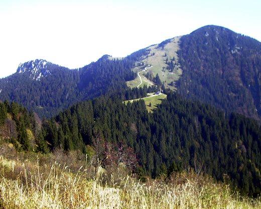 Blick von der Südseite der Kampenwand auf: Friedenrath (links) und Hochplatte (rechts).