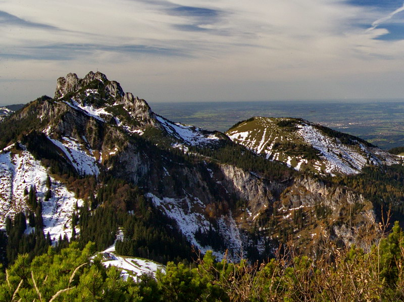 Links Kampenwand, rechts Sulten. Standort: Gipfel der Hochplatte.