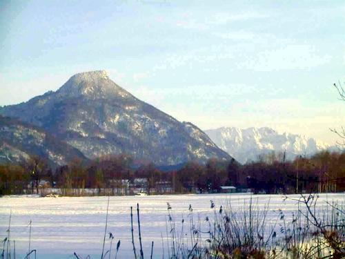 Das Kranzhorn vom Inntal aus - rechts im Hintergrund der Zahme Kaiser.