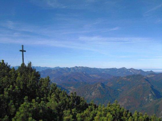 Gipfelkreuz des Dürrnbachhorns mit Blick auf den Geigelsteinstock und Kampenwand