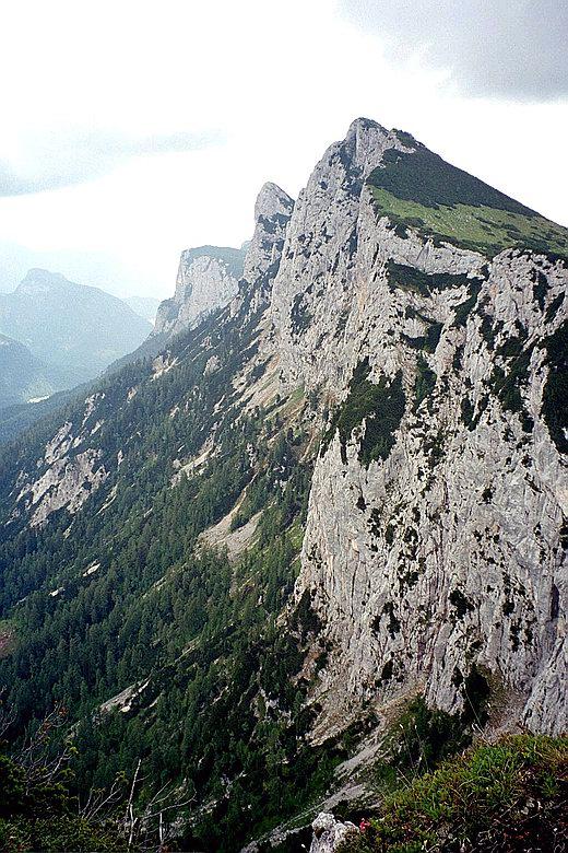 Im Gegensatz zur Südseite bricht die Nordseite des Weitschartenkopfes steil zum Tal des Aschauer Baches hin ab.
