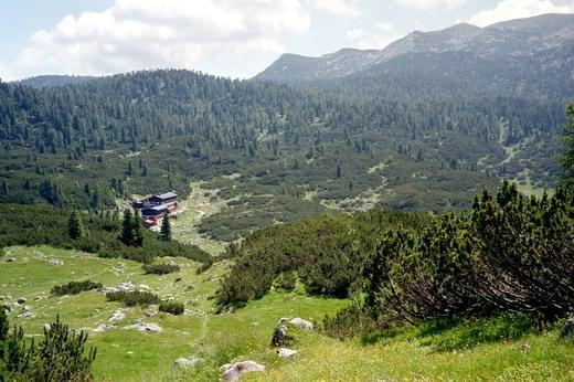 Neue Traunsteiner Hütte (1570 m), im Hintergrund der Edelweißlahnerkopf.