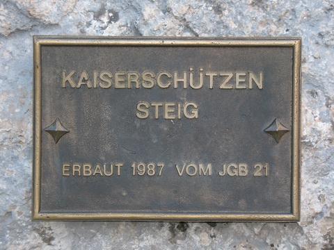 Hinweistafel am Beginn des Klettersteigs.