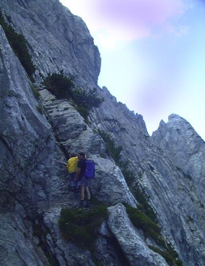 Auf dem Klettersteig geht es manchmal steil nach unten!