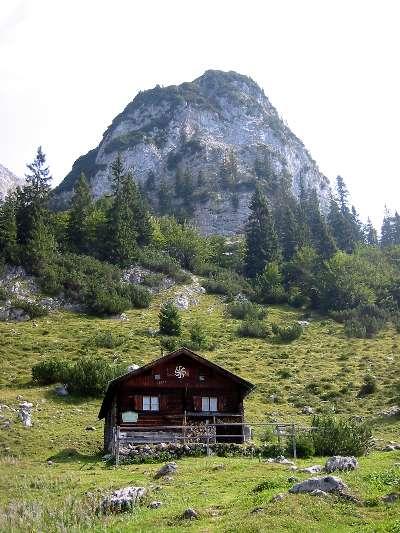 Der Felsblock des Sonnenstein und eine Jagdhütte bei der Kaiser-Hochalm.