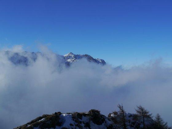 Und hier der umgekehrte Blick: Vom Gipfel des Tiroler Heubergs auf die Pyramidenspitze.