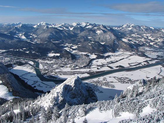 Blick vom Gipfel des Petersköpfl auf die Naunspitze und das Inntal.