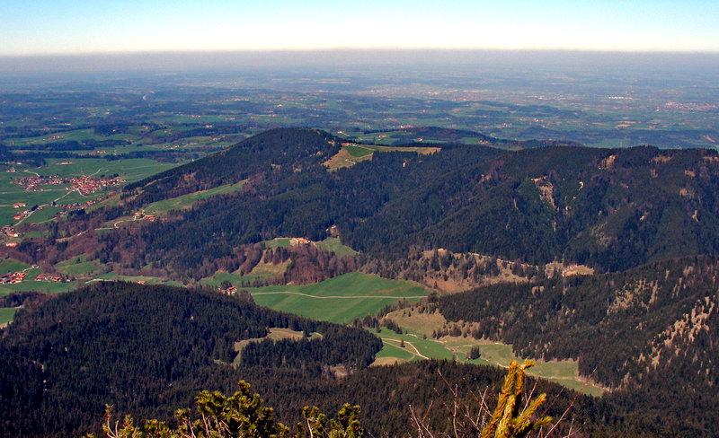 Die bewaldete, flache Kuppel links oberhalb der Bildmitte ist der Schwarzenberg. Die Tour beginnt auf der linken Bildseite und führt entgegengesetzt vom Uhrzeiger um den Schwarzenberg herum.