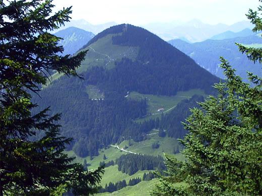 Das Kranzhorn, hier vom Basterkopf aus. Man kann deutlich den Auffahrtsweg und das Almgebiet erkennen.