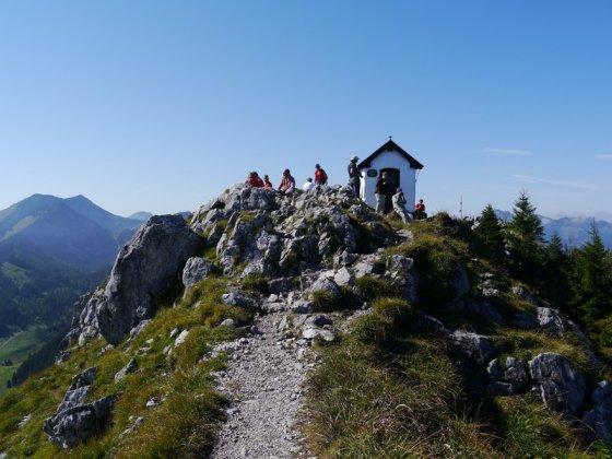 Die kleine Kapelle auf dem Gipfelgrat