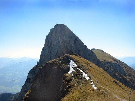 Die Spitze des Sagzahn, dessen Gipfel man über einen kleinen Klettersteig erreicht. Dahinter das Vordere Sonnwendjoch.