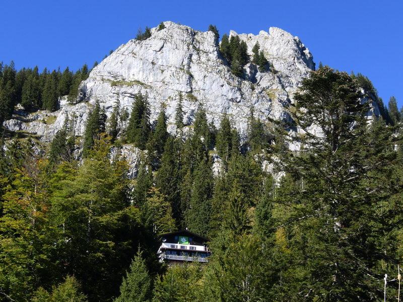 Das Brünnsteinhaus unter dem mächtigen Brünnsteingipfel.