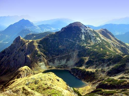 Die Henne mit dem romantischen gelegenen Wildsee vom Gipfel des Wildseeloder. Der Klettersteig ist hier nicht zu sehen, er befindet sich an der Rückseite des Berges.
