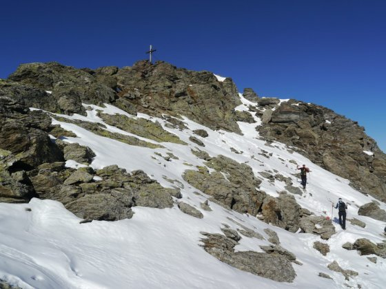 Die letzten Meter zum Gipfel sind etwas steiniger als der vorangegangene Aufstieg.