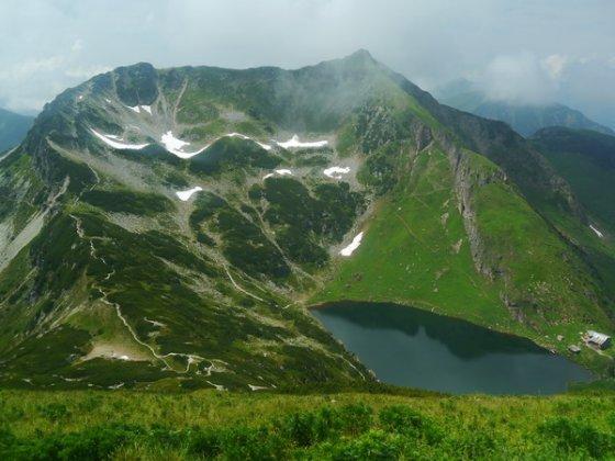 Der Wildseeloder ist der rechte Gipfel.  Der Aufstieg ab dem See, zuerst über die Wiese, dann entlang des Grates ist gut zu erkennen. Der weitere Verlauf erfolgt anschließend zunächst auf dem Grat bleibend, danach unterhalb des Grates und nach dem felsigen Teil wieder auf dem Grat.