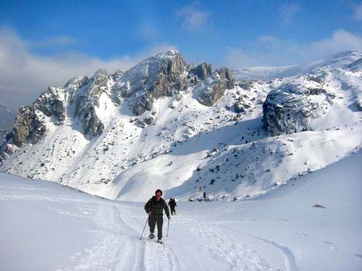 Zwei Schneeschuh-Geher kurz vor dem Miesing-Sattel. Im Hintergrund die Ruchenköpfe
