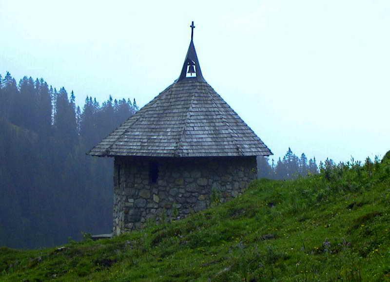 Impressionen einer Trainsjoch-Tour: Gipfelkreuz - vom Blitz zerstörter Baum - Kapelle bei den Almen.
