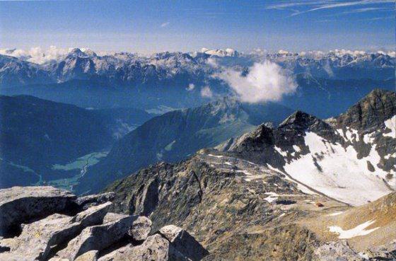 Blick vom Fernerköpfl auf die Hütte (rechts), das Antholzer Tal (links) und die Dolomiten