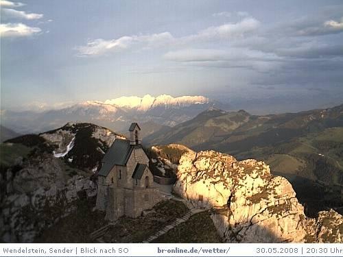 Webcam-Blick über die Wendelsteinkapelle bis zum Kaisergebirge.