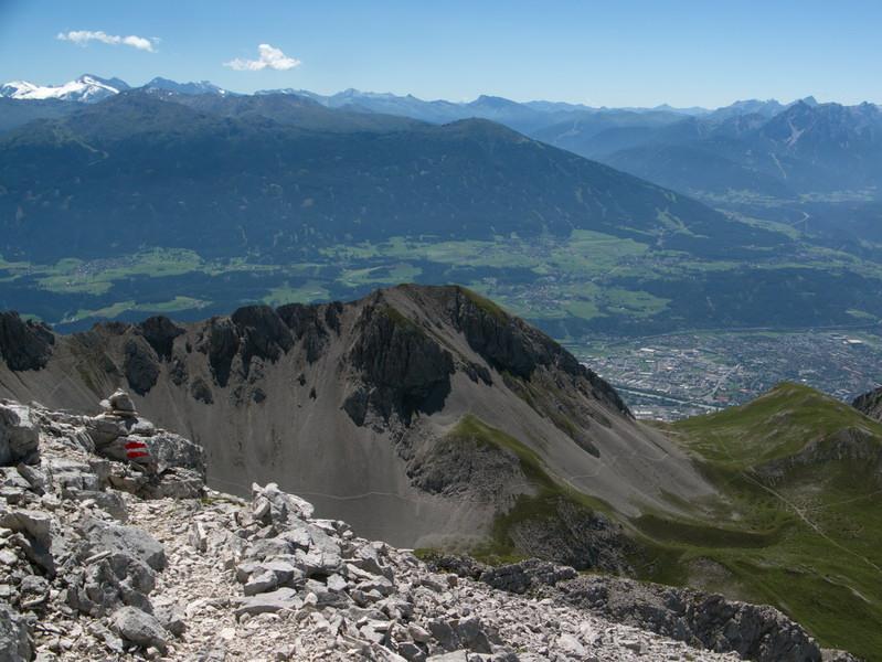 Die Thaurer Jochspitze befindet sich genau in der Mitte des Bildes. Das Bild entstand vom Aufstieg auf die Stempeljochspitze.