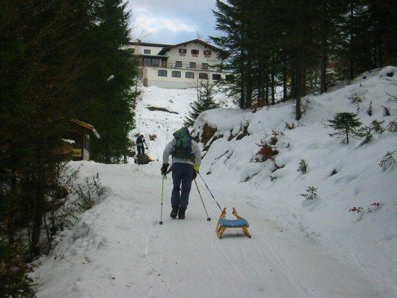 Das Berghaus Aschenbrenner ist erreicht. Und wie auf dem Foto zu erkennen, fahren hin und wieder auch mal Mountainbiker über den Schnee hinauf.