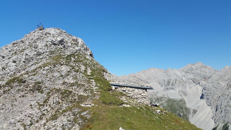 Der Gipfel des Südlichen Gleirschtaler Brandjochs, rechts darunter die Unterkunftshütte