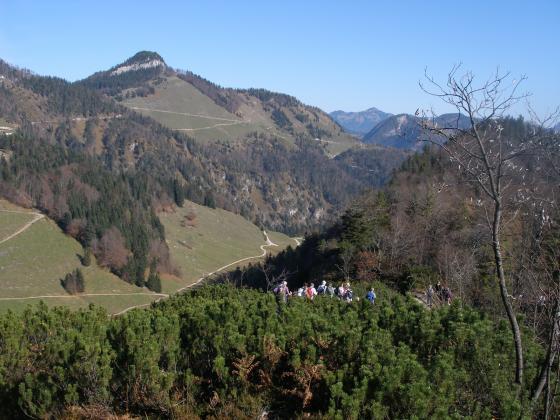 Solch eine Völkerwanderung ist auf der Horauer Spitze eher eine Seltenheit. Am Tag unseres Besuches hatte sich auch eine größere Alpenvereinsgruppe dieses Ziel ausgesucht. Das Foto entstand wenige Meter unterhalb des Gipfels. Links im Hintergrund dominiert die Rudersburg.