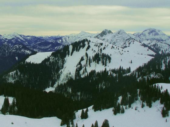 Die Hochplatte (Bildmitte) vom Seekarkreuz aus. Der hier beschriebene Aufstieg erfolgt auf diesem Bild hinter dem Gipfel.