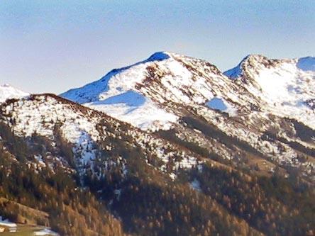 Blick auf das Skigebiet von der Gratlspitz aus. Ganz links der Schatzberg, dahinter in gleicher Höhe (schneebedeckt) der Joel, ganz hinten der Lämpersberg.