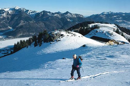 Die Wolfingeralm (rechts), im Hintergrund Geigelstein (links) und Hochgern (rechts).