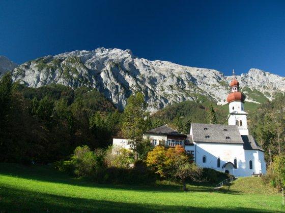 In der Nähe unseres Ausgangspunktes passieren wir Kloster und Kirche Sankt Martin.