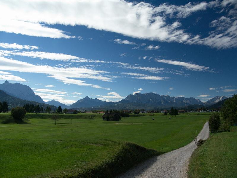 Nach Verlassen des Isartales schweift der Blick Richtung Wallgau und auf das Estergebirge. ganz rechts das Wettersteingebirge.
