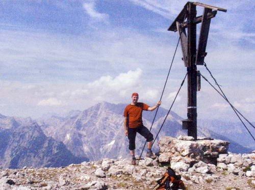 Am Gipfelkreuz des Kahlersbergs.