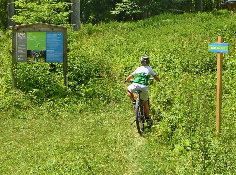 Hier, bei der Tafel mit einigen Hinweisen, beginnt der Trail.