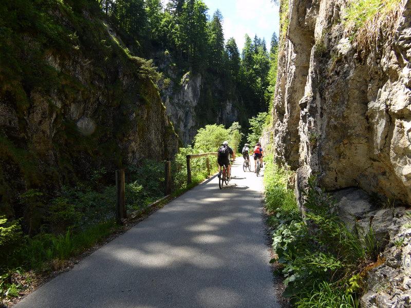Hinter Valepp durchfahren wir die eindrucksvolle Felskulisse entlang der Weißen Valepp.