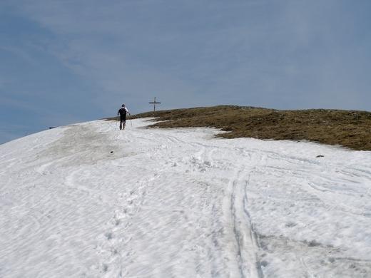 Im Frühjahr lässt sich der Gipfel von Norden noch mit Ski besteigen, während die Südseite bereits völlig schneelos ist.