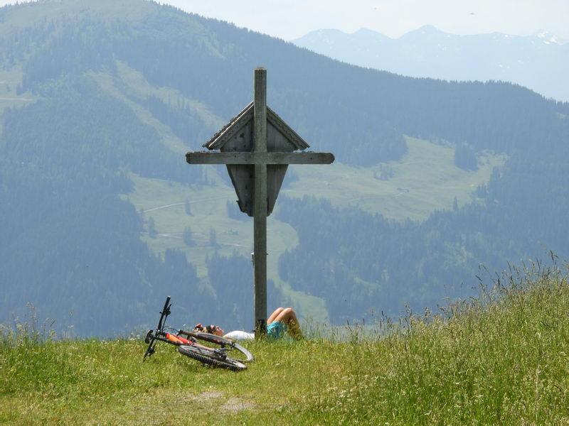 Hier kann man es aushalten: Bei der Aussichtshütte direkt auf dem Bischoferjoch