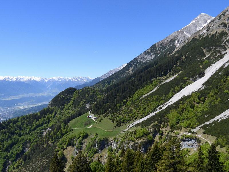 Die Thaurer Alm vom Aufstieg zur Kaisersäule. Links über der Alm der Gipfel des Rosskopfes - der dunklere linke Gipfel ist der Hauptgipfel. Rechts oben die Rumer Spitze.