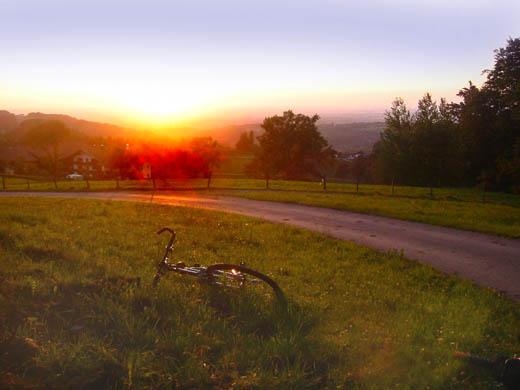 Fast schon zu kitschig: Sonnenuntergang am Samerberg Nähe Ried Mit Blick aufs Rosenheimer Becken, auf dem Foto leider schlecht erkennbar.