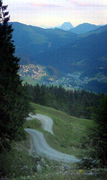 Blick auf Going, im Hintergrund die markante Gestalt des Großen Rettensteins und links von ihm der Großvenediger. Im Vordergrund der Auffahrtsweg.