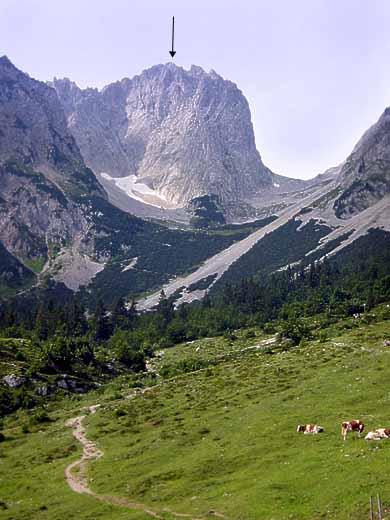 Das Foto zeigt den mächtigen Block der Vorderen Karlspitze, hier von der Gaudeamushütte aus. Die Hintere Karlspitze liegt dahinter und ist nicht sichtbar.