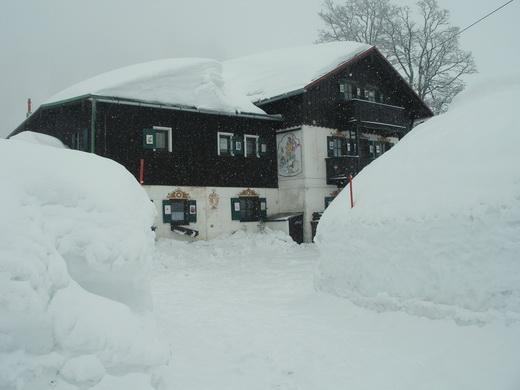 Das tief verschneite Bodenschneidhaus ist das Ziel dieser Schneeschuh-Tour.