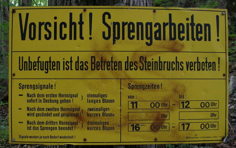 Auf dem Rückweg, kurz vor dem Parkplatz, führt unsere Weg für wenige Minuten auf einer Fahrstraße durch den Steinbruch hindurch. Wer dies vermeiden will, macht einen Umweg durch den Ort Fischbach.