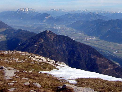 Der Voldöppberg, hier von seinem südwestlichen Nachbarn, dem  Roßkogel, der bereits zum Stock des Rofan-Gebirges zählt. Zwischen dem Standpunkt des Fotografen (Roßkogel) und dem Voldöppberg mündet das Tal der Brandenburger Ache ins Inntal.