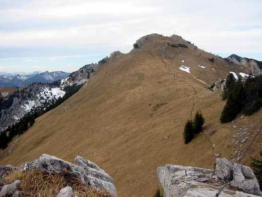 Der leichte Verbindungsgrat zwischen Kaserwand (Aufnahmestandpunkt) und Wildalpjoch (im Bild).